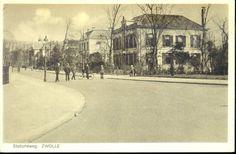 Een in 1925 van bomen ontdane Stationsweg in de richting van de stadsgracht, ca. 1930. Uiterst rechts Stationsweg 9 (gemeentelijk monument): villa in eclectische bouwstijl, gebouwd in 1869-1870 voor de provinciaal inspecteur der Directe Belastingen L.R. Wentholt.