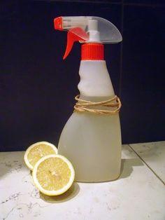 Sprej na vodní kámen  NE NA KÁMEN TYPU MRAMOR 325 ml vody z kohoutku 25 ml tekutého mýdla či jaru 60 ml lihu - lze nahradit základem z bytového parfému 75 g kyseliny citronové 10 ml vonného oleje