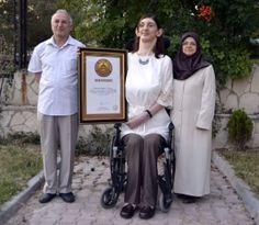 """Dünyanın en uzun kızı Rümeysa Gelgi'ye yeni sertifika-Karabük'ün Safranbolu ilçesinde yaşayan ve geçen yıl 2,13 metrelik boyuyla """"dünyanın 18 yaş altı en uzun boylu genç kızı"""" olarak Guinness Rekorlar Kitabı'na giren Rümeysa Gelgi'ye bu kez de ASSIST Dünya Rekorları tarafından sertifika verildi.  2. belgesini aldı"""