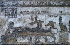 [MISIR 29619]  'Osiris, Dendera'da de mumyalanmış.'    En Dendera'da Hathor Tapınağı'nın çatısına Batı Osiris Mabedi kuzeydeki bir rahatlama mumyalanmış Osiris cenaze yatakta yatarken gösterir. Karısı, penis dik yukarıda onun bir uçurtma, gezinen şeklinde, emdirilmiş hazır Isıs. Horus, isis'in oğlu, doğan bu öldükten sonra Birliği'nden. Sağa, bir kaide üzerinde oturan bir kurbağa şeklinde Hekat, Doğum Tanrıçası, görüyoruz. Sol Hathor, kollarını Osiris doğru uzanmış.  Kilise Osiris'in…