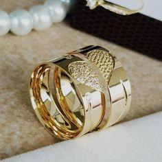 Gold Ring Designs, Gold Bangles Design, Wedding Ring Designs, Gold Jewellery Design, Couple Rings Gold, Engagement Rings Couple, Wedding Ring Sets Unique, Cool Wedding Rings, Couple Ring Design