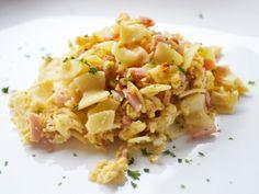 Ein schnelles Rezept sind Wurstflecker, die mit beliebigen Teigwaren, Butter und Wurst als Hauptspeise serviert werden.