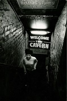 An iconic photo of The Cavern Club, taken by photo-journalist David Newell-Smith in October David Newell-Smith died in June aged He took many iconic photos of the glamour and the grit. Liverpool History, Liverpool Home, London History, Liverpool Docks, Beatles Band, Les Beatles, Iconic Photos, Old Photos, Kasimir Und Karoline