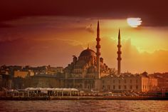 Istanbul , Turkey guide. Trips, experiences and trends for Muslim travellers. Tips on what to visit, attractions, shopping, halal food, and mosques (masjids)