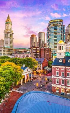 20 Things To Do In Boston At Night. The Boston Common is the US's oldest public park and is the social hub of the city. The lawns are packed with people walking, cycling, picnicking and wedding parties posing for photographs around the lovely lake in the public gardens section. #usa #thingstodo #boston #travel San Diego, San Francisco, Paris Travel, Travel Usa, San Antonio, Nashville, Orlando, Seattle, Las Vegas