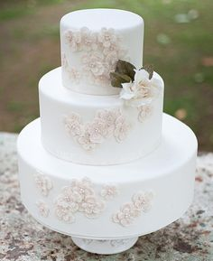 Such a simple but still beautiful wedding cake. Love the classic feeling it has to it.