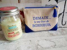 Pochette / Trousse message / texte / bonheur / maman / cadeau tissu / simili cuir de la boutique ChouetteCoutureSacs sur Etsy Messages, Creations, Couture, Boutique, Etsy, Mom, Bonheur, Art Crafts, Owls