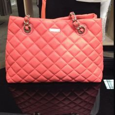 Love the color.and I'm a sucker for the iconic quilted bag with chain straps Kate Spade Handbags, Kate Spade Purse, Tote Handbags, My Bags, Purses And Bags, Cheap Kate Spade, Fashion Bags, Women's Fashion, Tokyo Fashion