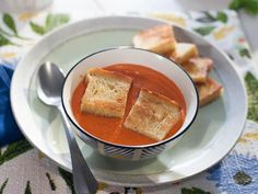 Get Creamy Tomato Soup Recipe from Food Network soup healthy recipes rezepte soup soup Oven Recipes, Cooking Recipes, Chili Recipes, Oven Cooking, Cat Recipes, Kitchen Recipes, Crockpot Recipes, Yummy Recipes