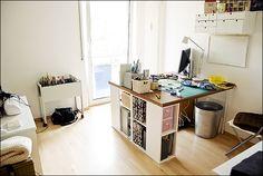 Arbeitszimmer Tisch den man hochklappen kann und die Regale auf Rädern, demit man das Zimmer schnell in ein Gäste Zimmer umwandeln kann