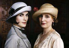 Lady Mary & Lady Edith en Downton Abbey siempre lucen sombreros de época favorecedores.
