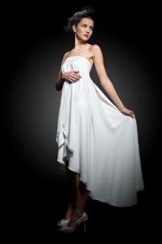 prosta suknia slubna, nowoczesna, krótka z przodu długa z tyłu