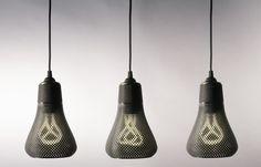 Plumen, spécialisé dans l'éclairage et les ampoules basse énergie, vient de concevoir et présenter Kayan, un luminaire dont l'enveloppe perforée a été imprimée en 3D.  En partenariat avec la société italienne d'impression 3D Formaliz3d, ils ont conçu, en plus des ampoules courbées et sculpturales, ce revêtement perforé qui vient épouser les ampoules, qui une fois éclairées, apportent une lumière filtrée. La conception permet à la forme de l'ampoule d'être vue à travers les perforations.