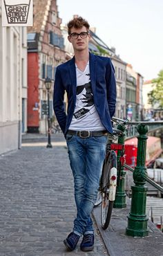 Graphic tee in simple color palette makes it pop against the rich color of the blazer and the great texture of the belt and jeans.