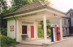 Norwegische Tankstelle: Diese historische Tankstelle befindet sich im Freilichtmuseum Oslo. Old Shool, Old Garage, Art Deco, Beautiful Roads, Old Gas Stations, Gas Pumps, Abandoned Places, T4 Caravelle, Spiegel Online