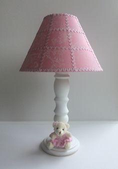 Abajur com base em madeira pintada branca e cúpula forrada de tecido. Ursa de pelucia com vestido crochê. Diâmetro da cúpula: 25cm <br>Pode ser feito sob encomenda em outras cores a combinar.