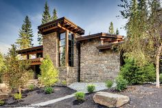 Mountain Home by Mckinley Burkart Mountain Home. Browse inspirational photos of modern homes. From midcentury modern to prefab housing and renovations, these stylish spaces suit every taste. Modern Mountain Home, Mountain Homes, Style At Home, Modern Exterior, Exterior Design, Midcentury Modern, Modern Rustic, Hillside House, Luxury Estate