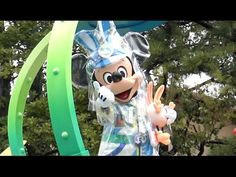 """This video is Tokyo Disneyland new Easter parade """" Usatama on the Run! """" bad weather condition version. You can see a lots of Disney characters with colorful costume.  Thank you for your comming, and please check more video. https://www.youtube.com/user/TheDuffyChannel  東京ディズニーランドの新しいイースターのパレード、うさたま大脱走を雨の日に鑑賞したときの様子です。  悪天候バージョンのため、停止はなく通過のみとなりましたが、停止がなく台詞もないため返って音楽のスタイリッシュさが際立つ新鮮なパレード鑑賞になりました。"""