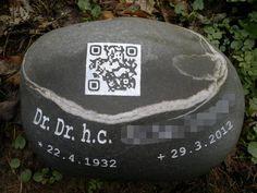 High-Tech auf dem Grabstein: Bei dem viereckigen Symbol handelt es sich um einen QR-Code, der mit dem Smartphone eingelesen werden kann. Das führt den Grabbesucher zu einem Film, einer Homepage oder einem Wikipedia-Eintrag über den Verstorbenen.