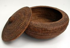 Native American Inuit Indian Baleen Lidded Basket Circa early Beautiful Patina (not sure this attribution is correct -J) Asian Baskets, Old Baskets, Native American Beliefs, Native American Indians, Native Americans, Native American Baskets, Native American Pottery, Large Woven Basket, American Indian Art
