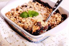 Das Rezept für Crumble mit Apfel und Schwarzen Johannisbeeren mit allen nötigen Zutaten und der einfachsten Zubereitung - gesund kochen mit FIT FOR FUN