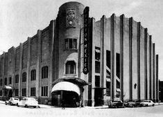 El Frontón México, en la esquina de la Plaza de la República y la calle de Ramos Arizpe, en una fotografía de 1946. Este conocido inmueble estilo fue construido en 1929 por los arquitectos Joaquín Capilla y Teodoro Kunhardt