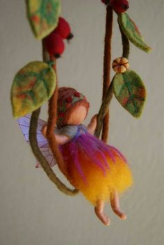 Love the softness, and carefree look of this little doll and the felted leaves. Waldorf Crafts, Waldorf Toys, Wet Felting, Needle Felting, Felt Angel, Felt Fairy, Creation Couture, Fairy Dolls, Felt Toys