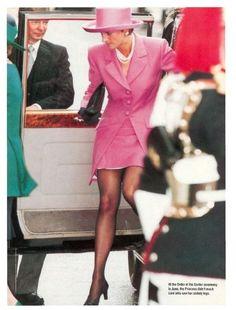 Diana, Princess of Wales Royal Princess, Princess Of Wales, Princesa Elizabeth, Princess Diana Fashion, Princess Diana Photos, Order Of The Garter, Pantyhosed Legs, Estilo Real, Pink Suit