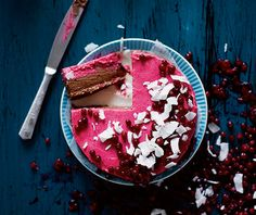 I don't know if it will taste any good, but this raw chocolate and lingonberry cake sure looks pretty. Raw Desserts, Delicious Desserts, Yummy Food, Best Dessert Recipes, Vegan Recipes, Vegan Food, Healthy Food, Cupcakes, Cupcake Cakes