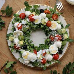 아이디어를 살짝 더해 콥샐러드를 어여쁘게 담아보세요~ 크리스마스 장식으로 빼놓을 수 없는 리스를 닮아 연말 분위기가 가득해진답니다. 색색의 재료들이 보는 맛을 더해주는 콥샐러드! 간... Gourmet Recipes, Cooking Recipes, Party Food Platters, Christmas Dishes, Asparagus Recipe, Cuisines Design, Food Design, Food Plating, Fruits And Veggies