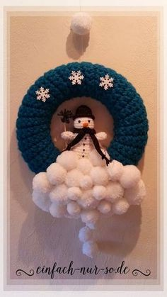 Wintry crochet wreath, Sunday is already the first Advent and gradually the house is filling with Christmas decorations. And of course something that you have made yourself . Crochet Christmas Wreath, Crochet Wreath, Crochet Snowman, Christmas Crafts, Christmas Decorations, Couronne Diy, Ornament Drawing, Pom Pom Crafts, Crochet Winter
