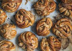 Snurrade kanelbullar a la Per Moberg Delicious Desserts, Dessert Recipes, Tea Time Snacks, Aesthetic Food, Everyday Food, Cinnamon Rolls, Cake, Sweet Tooth, Food Photography