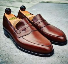 We always believe in less is more and this Split toe Penny loafer caught the attention of a particular Swiss Gentlemen. Vass Model: Split-toe Penny Loafers Colour: Antique Cognac Calf Last: F. Ascot Shoes, Men's Shoes, Shoe Boots, Penny Loafers, Loafers Men, Gentleman Shoes, Fashion Shoes, Mens Fashion, Fresh Shoes