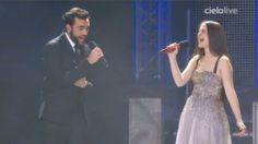 """Durante la finale di X Factor 7, nella prima manche, Violetta Zironi si è esibita con Marco Mengoni sulle note de """"L'Essenziale"""". Guarda il video su melty.it."""