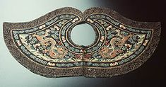 Ceremonial collar (piling): This collar was a sign of honour. It was worn with a formal Qing court robe (chaofu), surcoat, hat and court beads. It fastened at the neck and spread out across the shoulders. The right to wear the collar was granted by the emperor. * Silk and metal-thread tapestry-weave (kesi), silk and gold-wrapped thread brocade, made in China in the 1800s. Powerhouse Museum collection.  Gift of Miss B Shaw 1976.