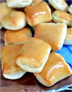 These sweet & buttery rolls are JUST like from the Texas Roadhouse restaurant. T… These sweet & buttery rolls are JUST like from the Texas Roadhouse restaurant. They have a hint of sweetness & go so well with their copycat honey butter. Tapas, Buttery Rolls, Enjoy Your Meal, Def Not, Snacks, Restaurant Recipes, Honey Restaurant, Dinner Recipes, I Love Food