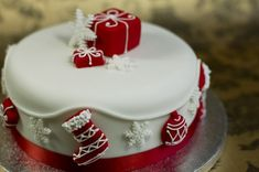 Like the idea of decorating the cake with a pile of pressies