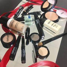 Make your friends happy and offer them a x-mas gift filled with favorite make up products. The only problem is, that you might keep it for yourself!  #radiantprofessional #christmas #christmasmakeup #christmasgiftideas #makeup #mascara #liquidmetal #metaleyes