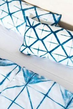 Die alte Färbetechnik Shibori aus Japan sieht nicht nur toll aus, sondern ist auch ein tolles DIY für freie Tage. Einfach weiße Textilien schnappen und loslegen. Die Anleitung gibt's hier! 💙😊 #diy #batik #shibori #japanisch #färbetechnik #anleitung #livingathome Shibori, Diy Trend, Batik, Living At Home, Feels, Inspiration, Crafts, Japanese, Textiles