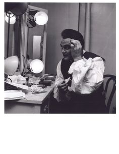 Jon Vickers gets ready for 1961 'Andrea Chenier' at Lyric Opera of Chicago