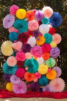 Espectacular este fondo para Photobooth hecho con pompones de papel de seda, farolillos y rosetones  de diferentes colores