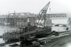1946: a József Attila úszódaru beemeli a Kossuth Lajos híd egyik pályaelemét.