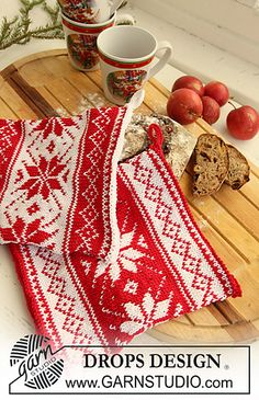 "Poinsettias in the Snow - Knitted DROPS pot holders with Nordic pattern for Christmas in ""Muskat"". - Free pattern by DROPS Design Drops Design, Fair Isle Knitting Patterns, Christmas Knitting Patterns, Scarf Patterns, Double Knitting, Free Knitting, Finger Knitting, Garnstudio Drops, Magazine Drops"