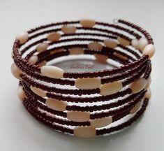 Barna kása és világosbarna rizs szemű gyöngyből fűzött memóriadrótos karkötő.