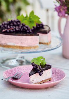 Kan du heller ikke få nok af cheesecakes? Her får den sprøde kiksebund og den luftige ostecreme selskab af mørke, modne solbær. En sammensætning, der uden tvivl vil glæde dine gæster!