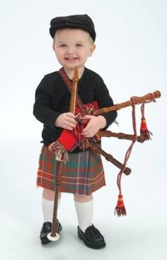 A wee kilt! Totally going to be Axel's Halloween costume one year! Precious Children, Beautiful Children, Beautiful Babies, Scottish Man, Scottish Tartans, Scottish Culture, Tilted Kilt, Tartan Fashion, Young Old