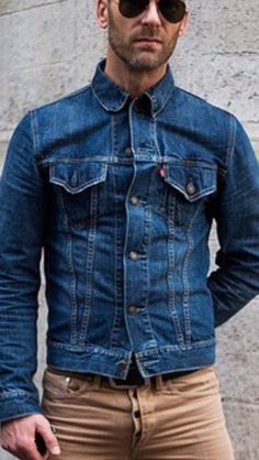 Gorgeous 41 Exciting Denim Jacket Style Ideas For Men That Can Make Look Masculine Denim Jacket Fashion, Levi Denim Jacket, Denim Outfit, Black Denim Jacket Men, Ripped Jeans Men, Look Man, Mode Jeans, Mens Clothing Styles, Look Fashion