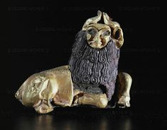 ANTIQUITIES ORIENTAL: ASSUR SCULPTURE 3RD-2ND MILL.BCE Bison with human face. Carved wooden core with gold foil, hair made of steatite. Around 2.250 BCE From Ebla, Tel Madrich, Palace G 4,2 x 5 x 1,8 cm Inv. Aleppo TM 76 G 850 National Museum, Aleppo, Syria