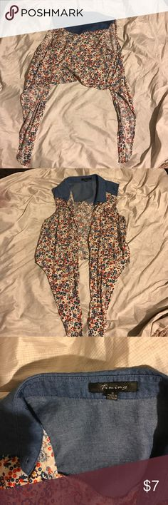 ⭐️ 3 for $15 ⭐️Flowery Crop Tee Something nice to wear over a tank top 😊 excellent Conditions.  💫 Bundle And Make An Offer Of $15 For The Ones That Have A ⭐️ ,, Or Comment, Il Accept And Make You A Custom Listing 😊 Tops Crop Tops