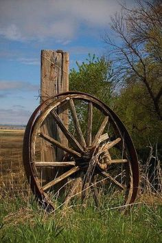 Farm Fresh Living ~ a simpler time. old wagon wheel Country Charm, Country Life, Country Living, Country Barns, Country Roads, Old Wagons, Old Fences, Country Scenes, Le Far West